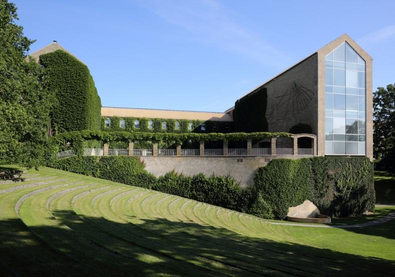 Aarhus_Universitets_hovedbygning_set_fra_parken